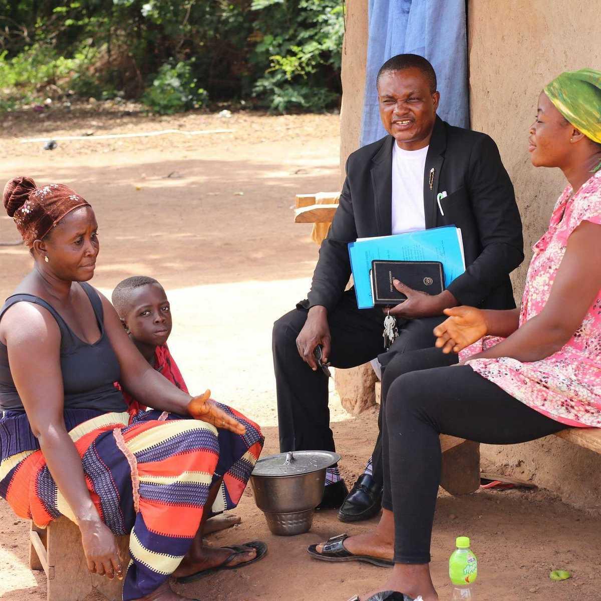 Pater Sung SDB im Gespräch mit Frauen seiner Gemeine in Odumase