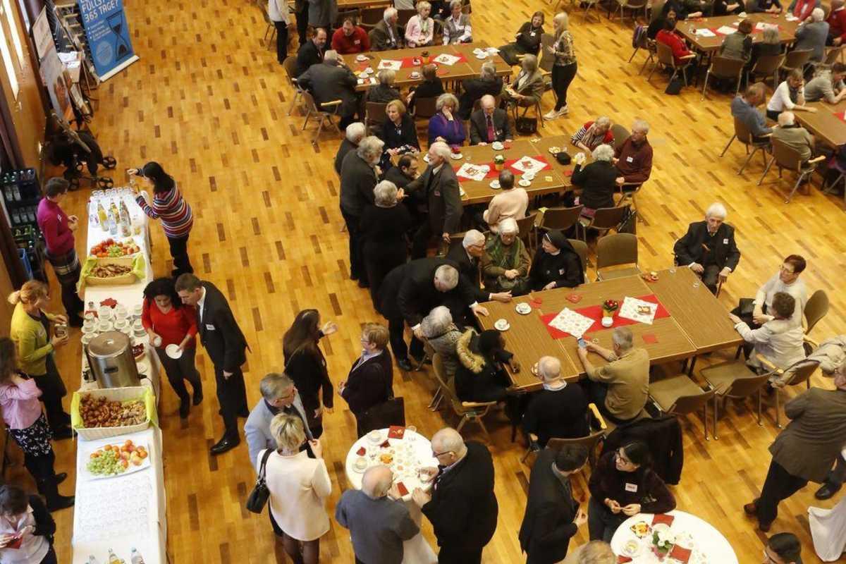 Blick von oben auf die Teilnehmenden beim Forum.