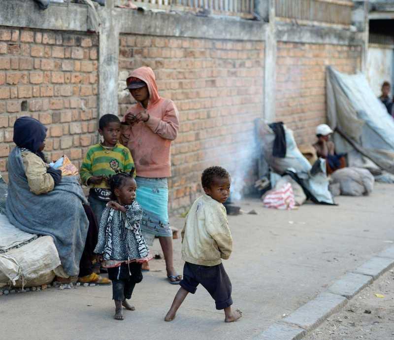 zwei kleine Kinder spielen und leben auf der Straße in Madagaskar
