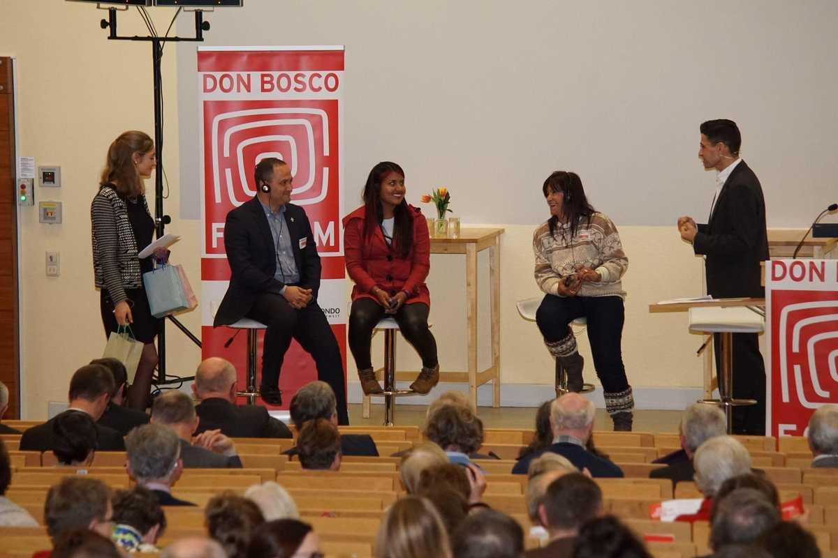 Gesprächsrunde mit zwei Moderatoren, einer Ehemaligen Kindersoldatin, ihrer Sozialarbeiterin und dem Padre der Einrichtung