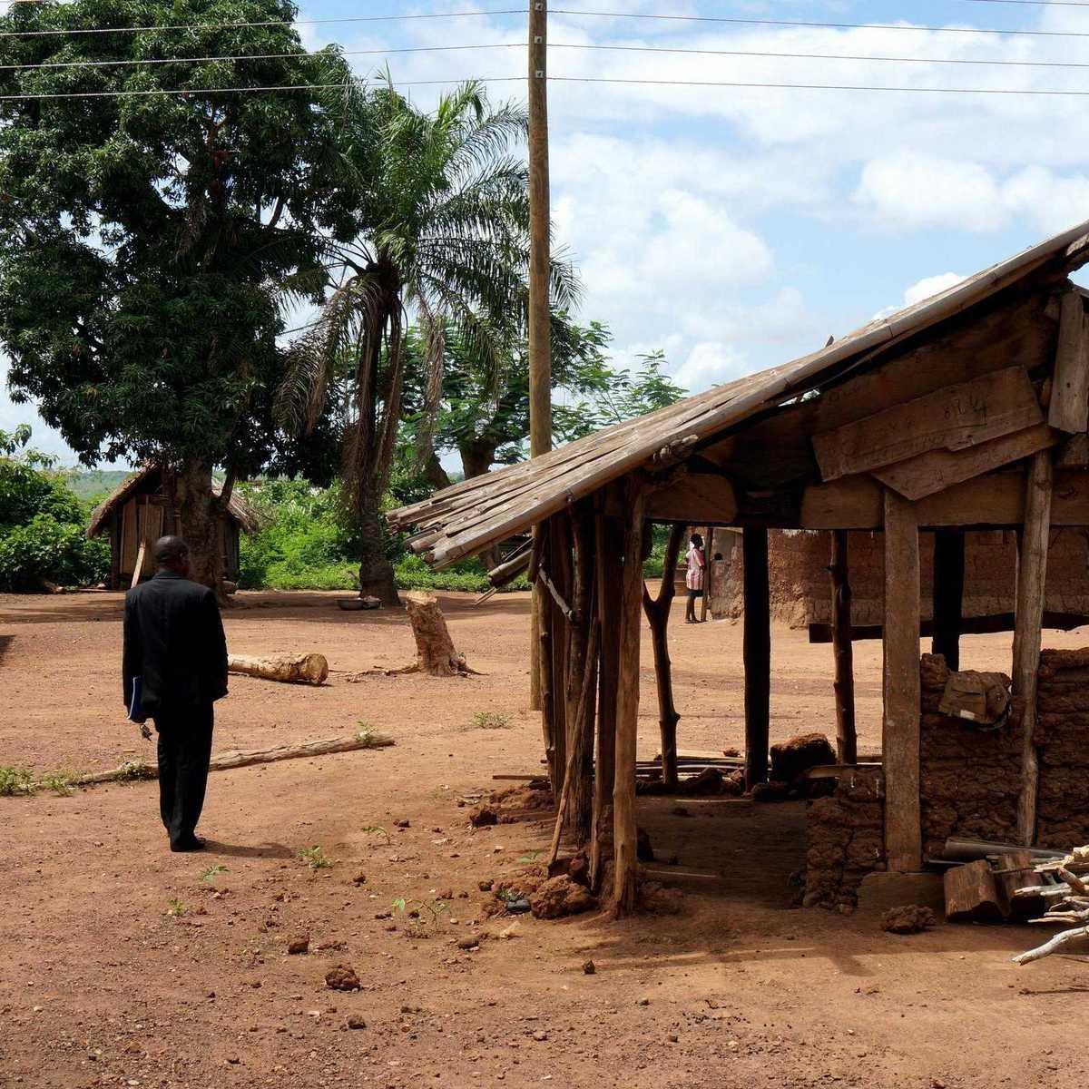 Pater Sung vor einer Hütte in der Gemeinde Odumase