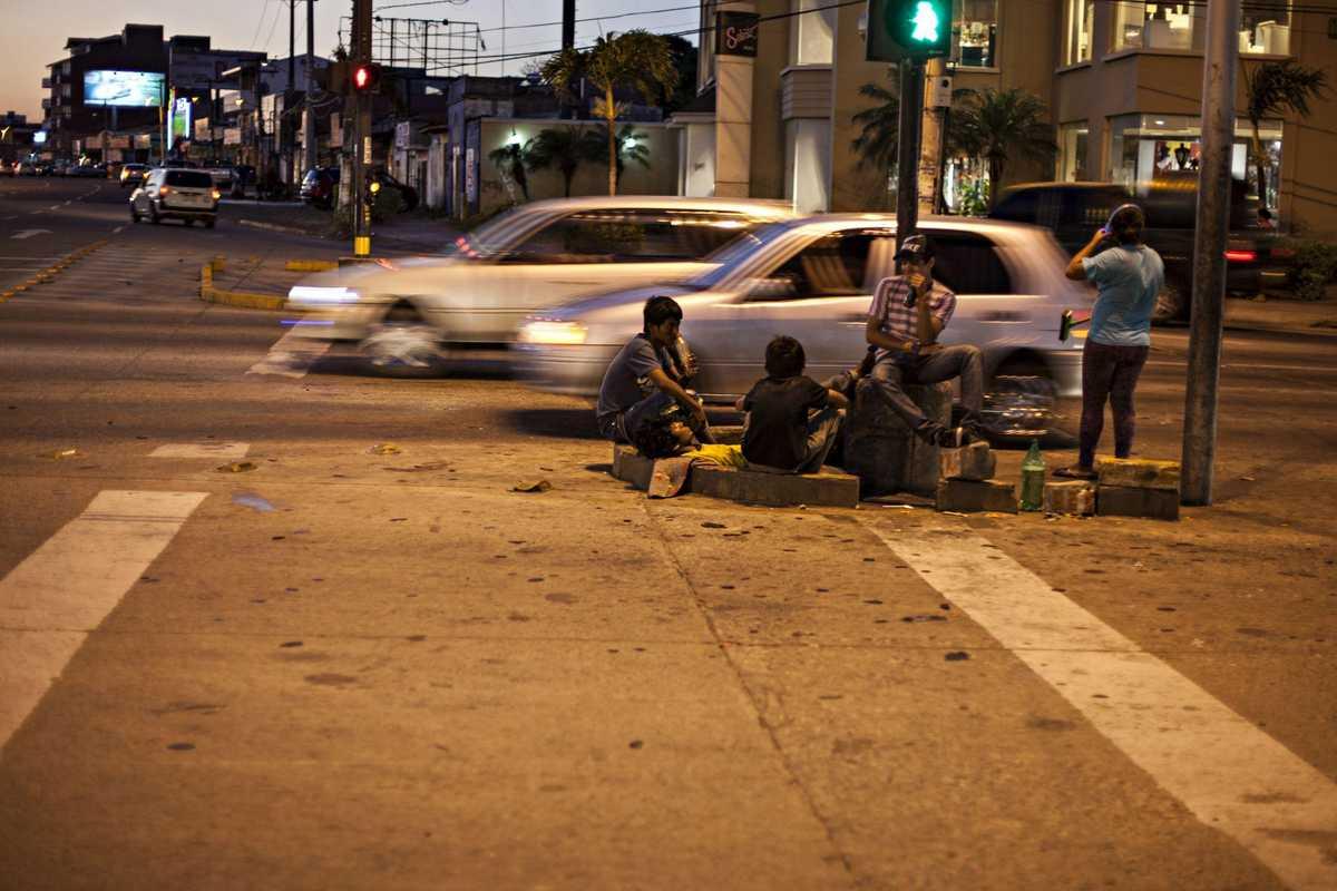 Vier Kinder, die auf der Straße leben