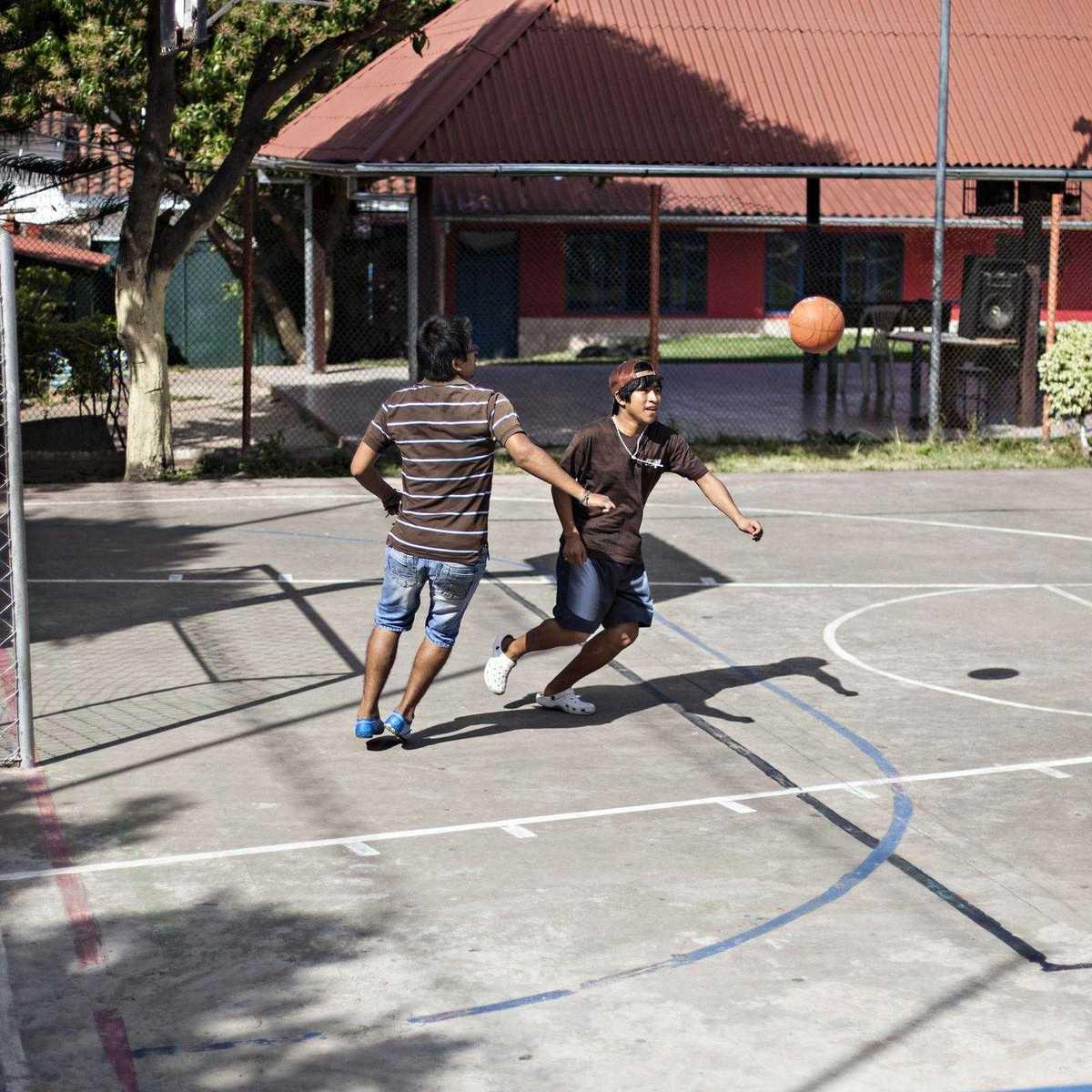 Zwei Jugendliche beim Fußballspielen im Heim