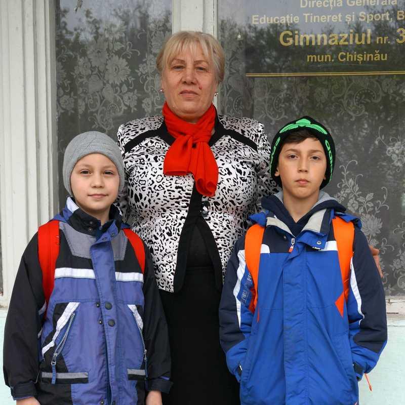 Die Direktorin des Gimnaziul mit zwei Schülern