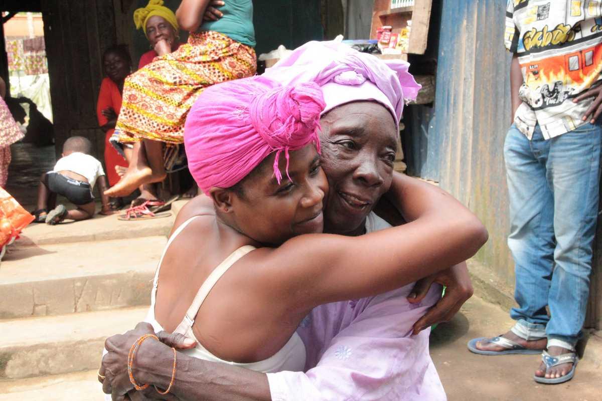 Aminata umarmt glücklich ihre Großmutter
