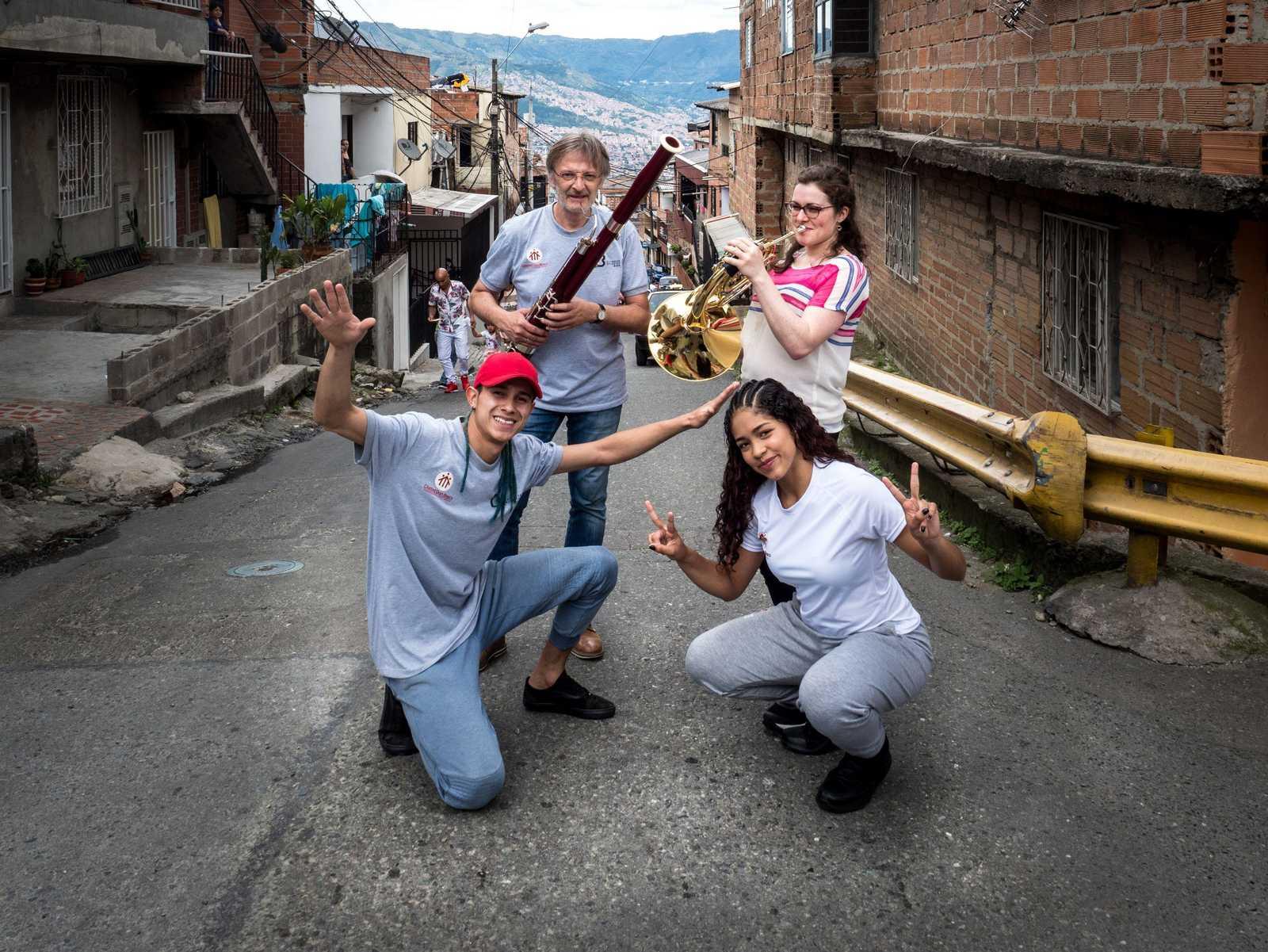 Zwei Musiker und zwei Teilnehmer des Projekts Beethoven Moves auf einer Straße in Medellín