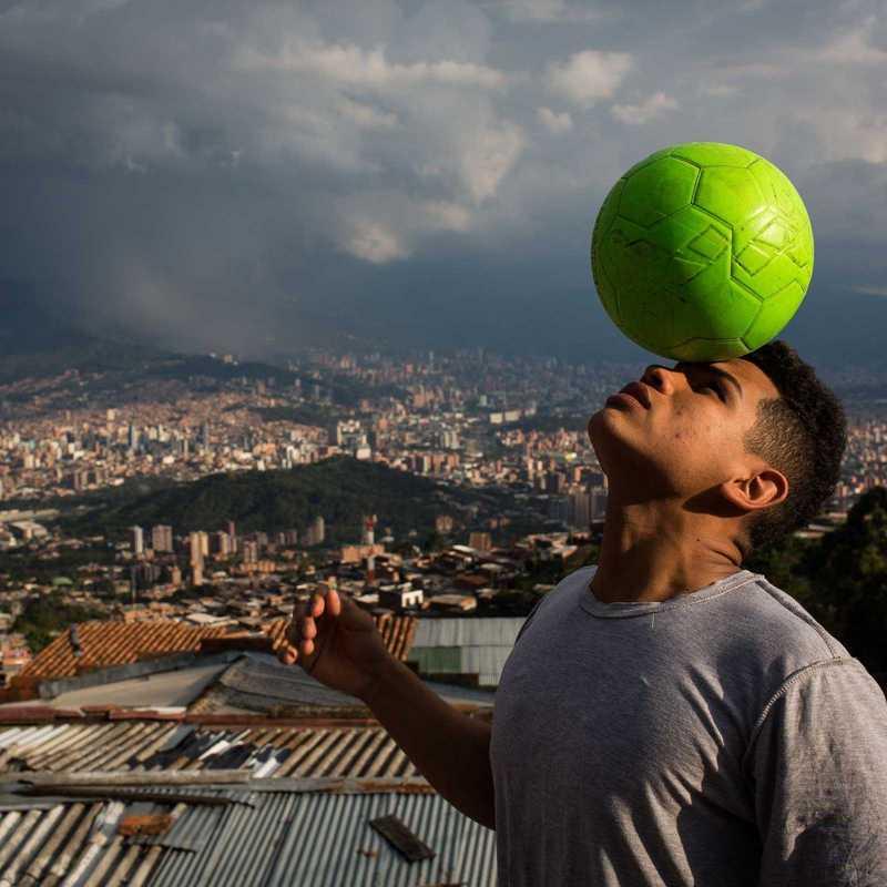 Jugendlicher blanciert Ball auf dem Kopf