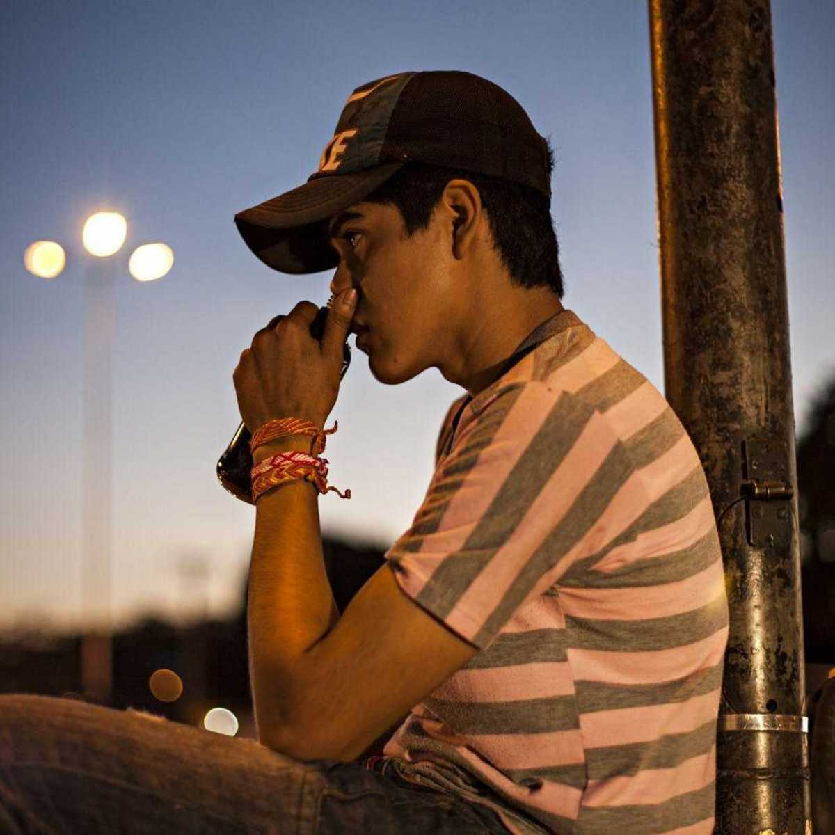 Jugendlicher auf der Straße beim Schnüffeln von Kleber