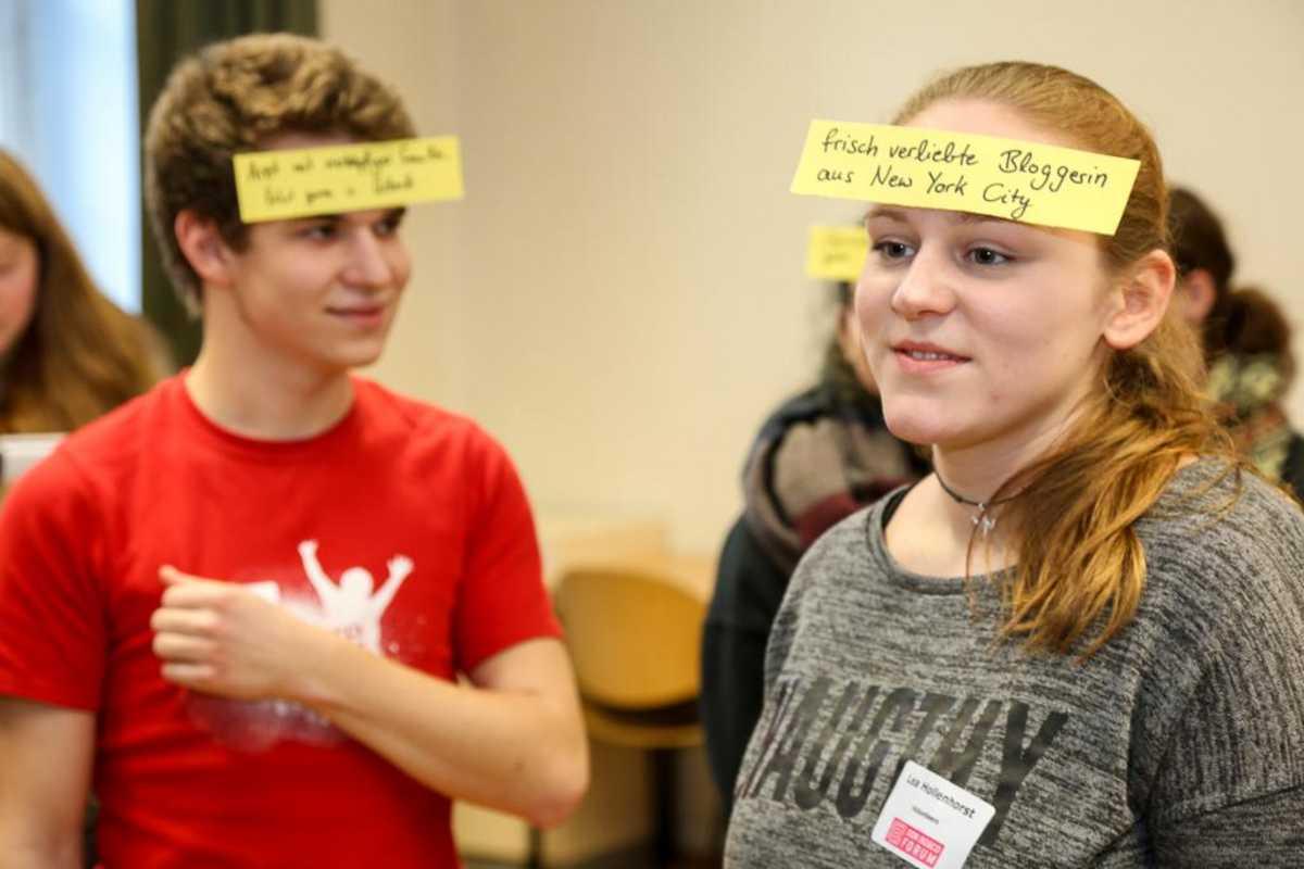 Mädchen und Junge bei einem Gruppenspiel zu Perspektivwechsel
