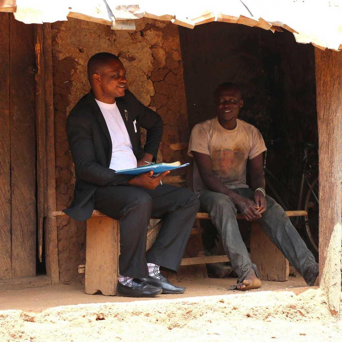 Ein Salesianerpater bei einem Hausbesuch in seiner Gemeinde
