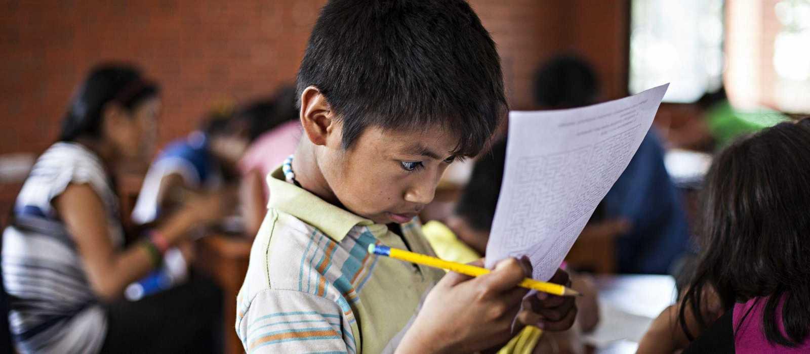 Ein kleiner Junge macht seine Hausaufgaben