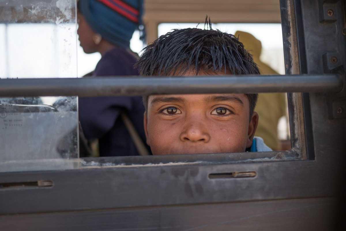 Junge schaut aus dem Fenster des Don Bosco Busses.