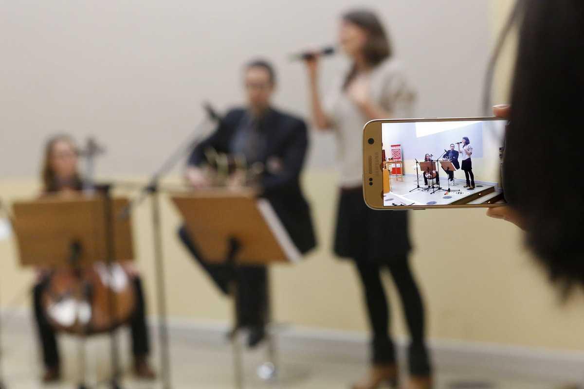 Band bestehend aus Gitarre, Cello und Sängerin spielt den Jubiläumssong.