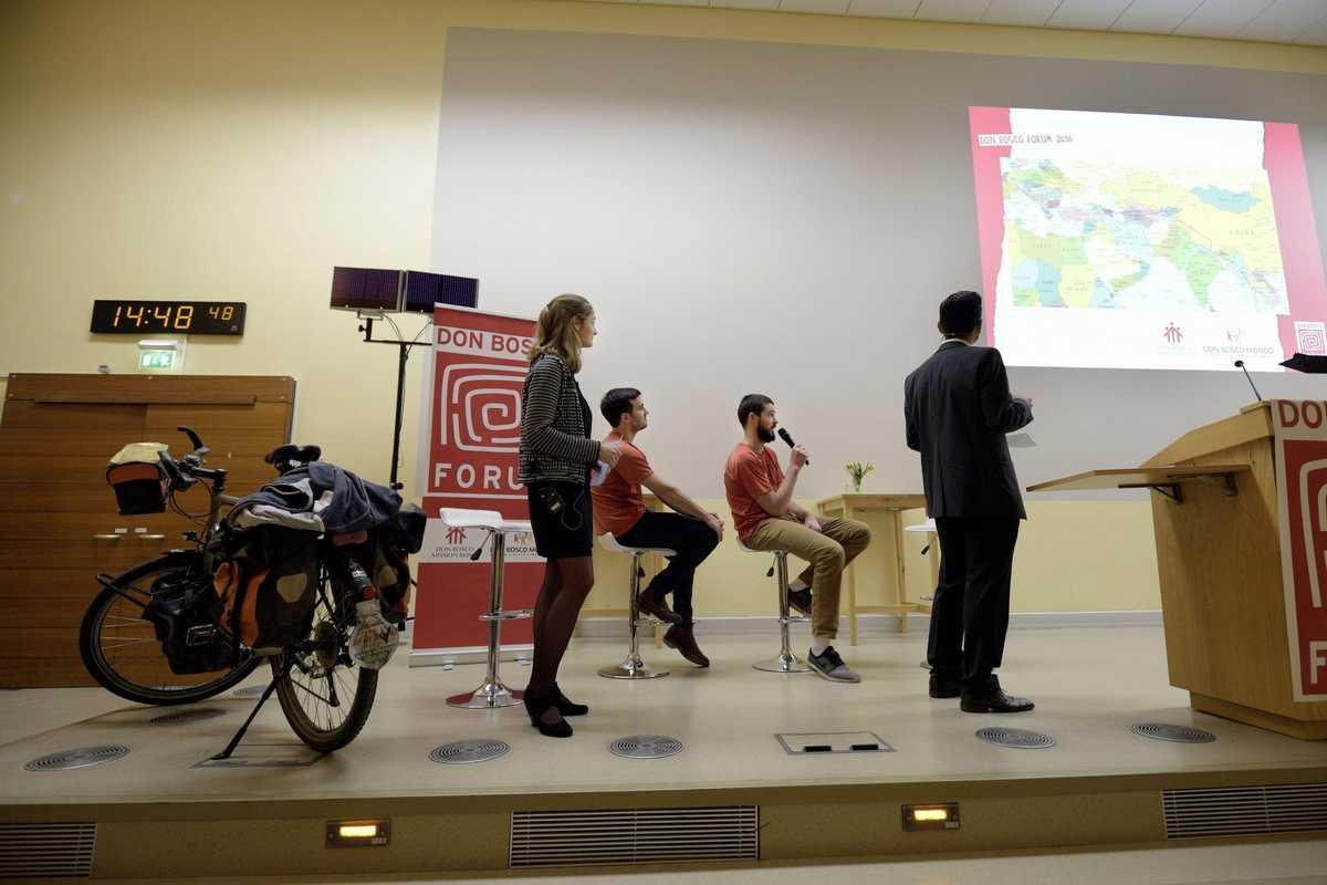 Die beiden Jungs erzählen den Moderatoren von ihrer Fahrradtour und zeigen den Weg auf der Karte.