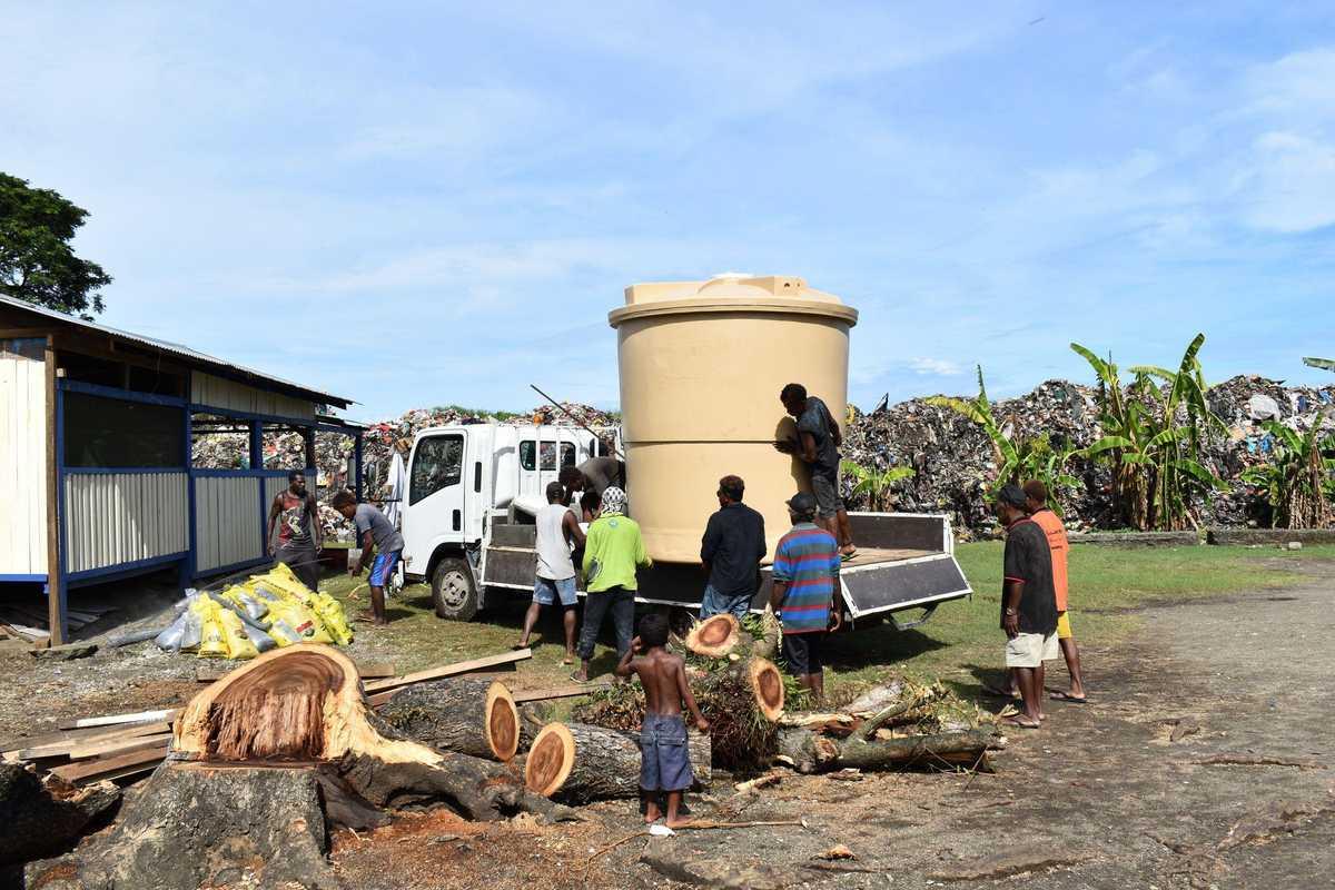 ein Wassertrank wird auf einem Auto verladen