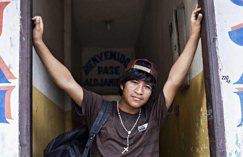 Jugendlicher im Türeingang des Heims