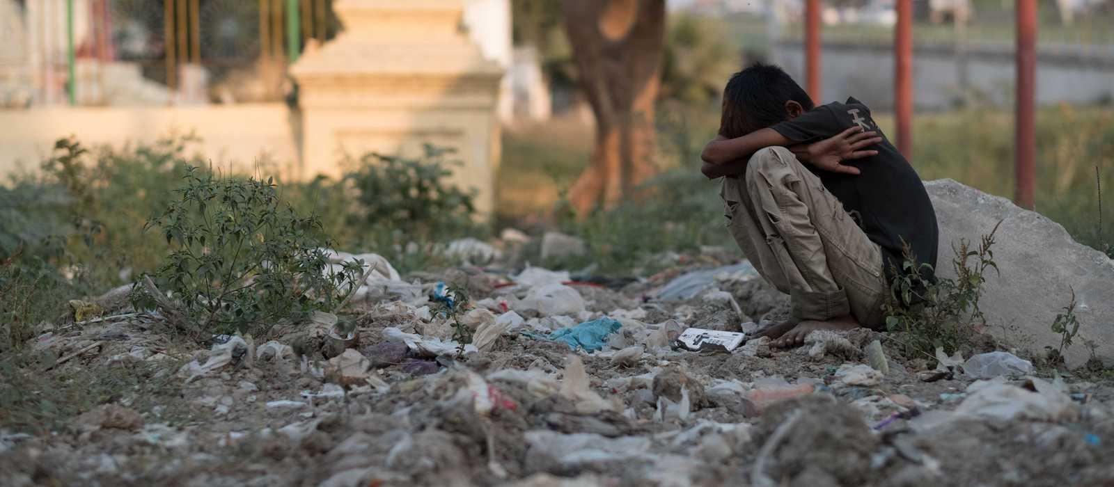 Straßenkind auf einer Müllhalde in Myanmar