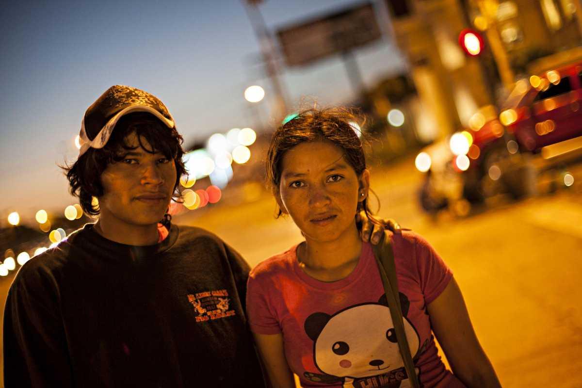 Zwei Straßenkinder bei Dämmerung in Bolivien