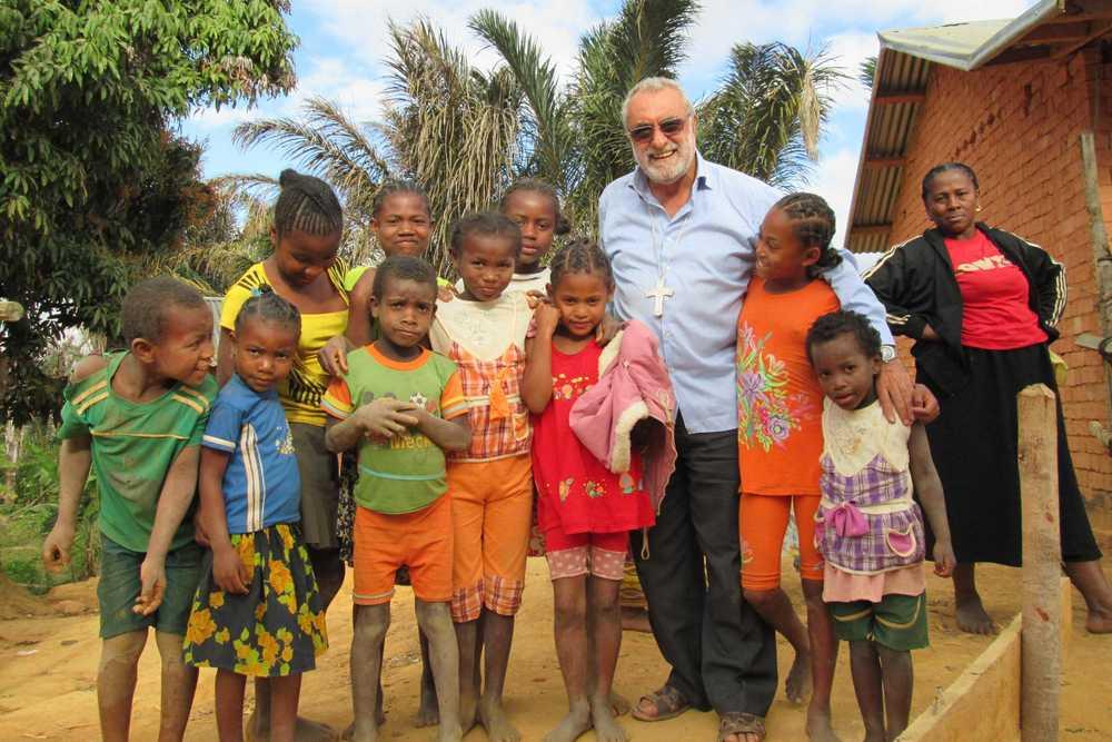Bischof Rosario Vella SDB mit Kindern auf Madagaskar