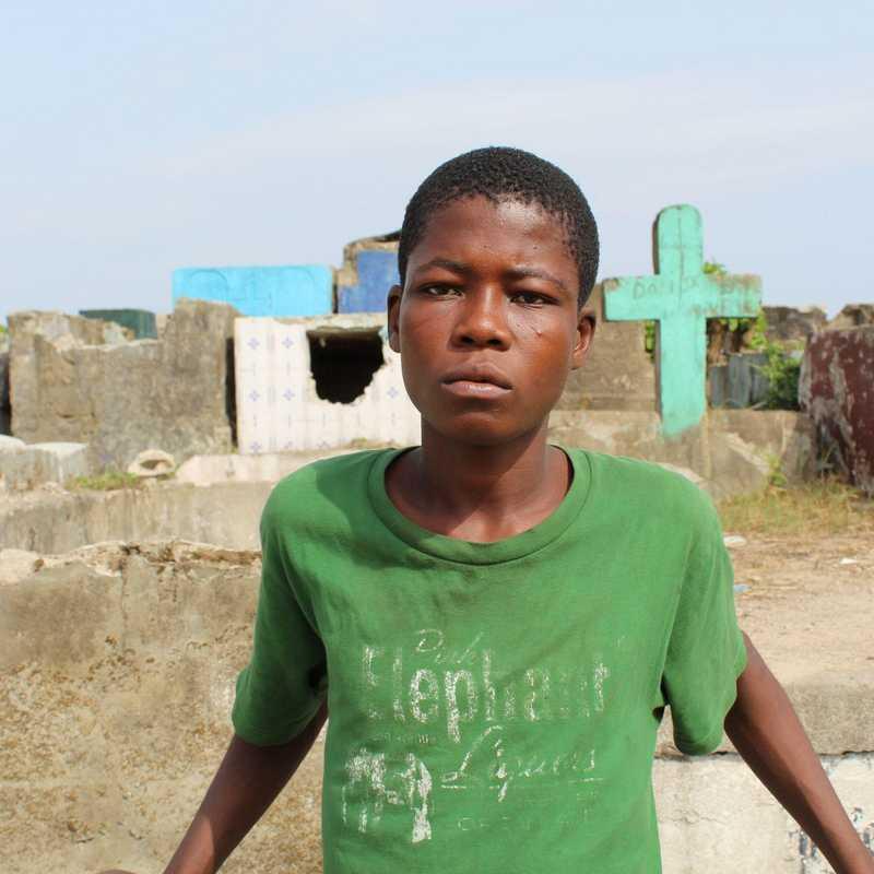 Straßenkind auf einem Friedhof in Liberia