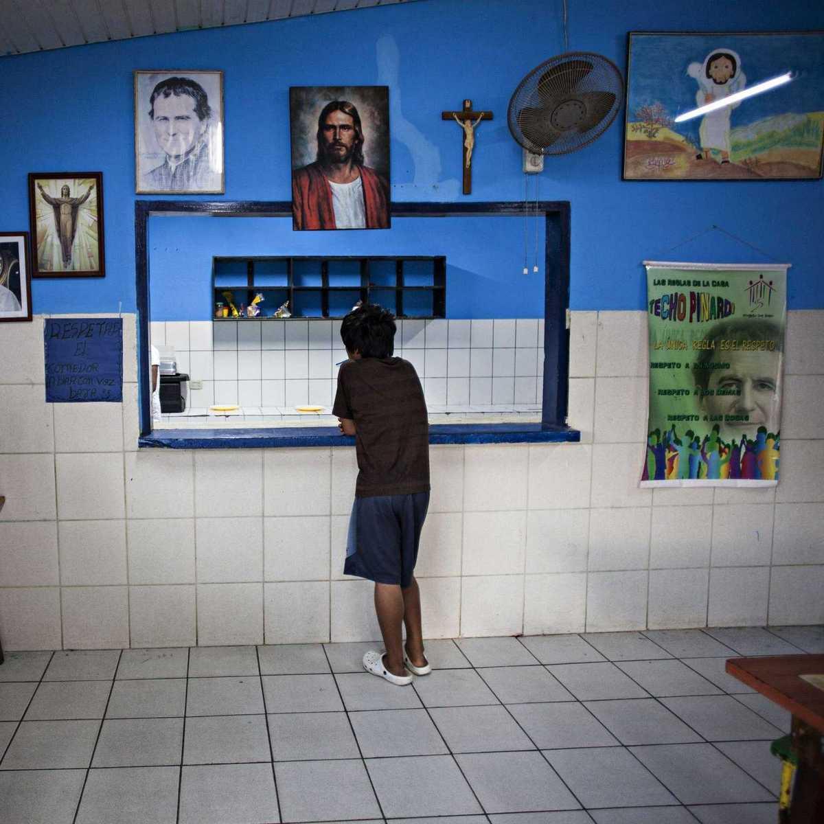 Junge im Techo Pinardi, einem Heim für Straßenkinder in Santa Cruz de la Sierra
