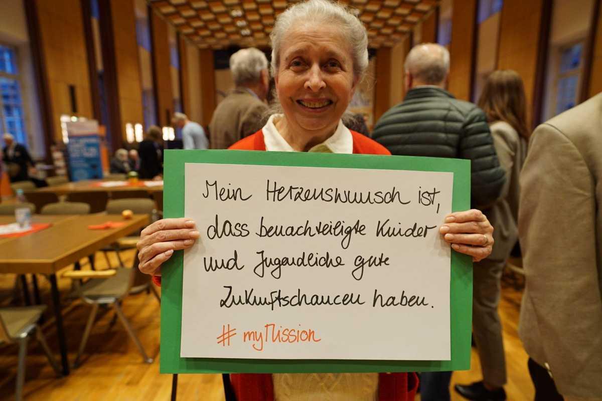 Ältere Frau engagiert für Jugendliche