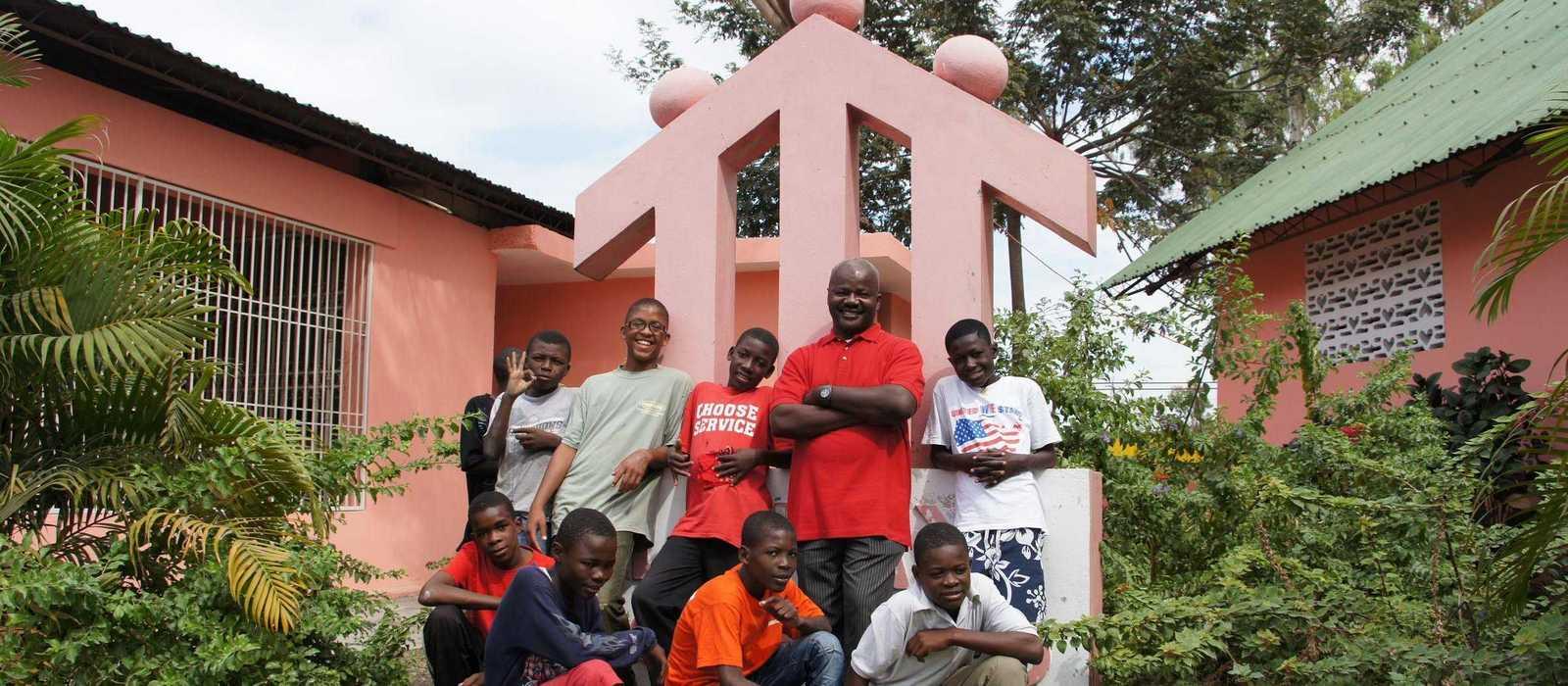 Sechs Jungen und ein Pater machen ein Gruppenbild