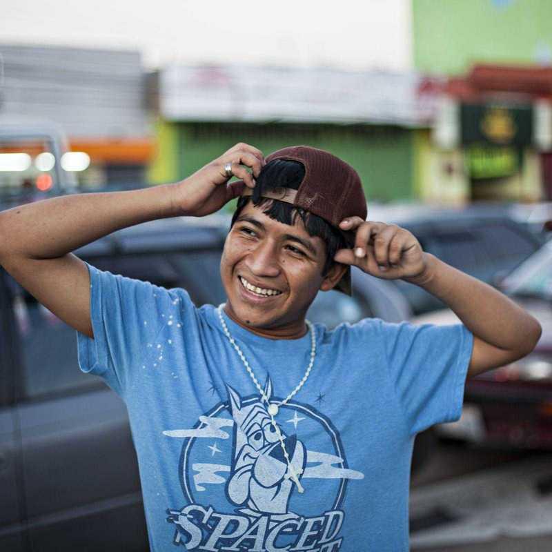 lächelnder Jugendlicher auf der Straße in Bolivien