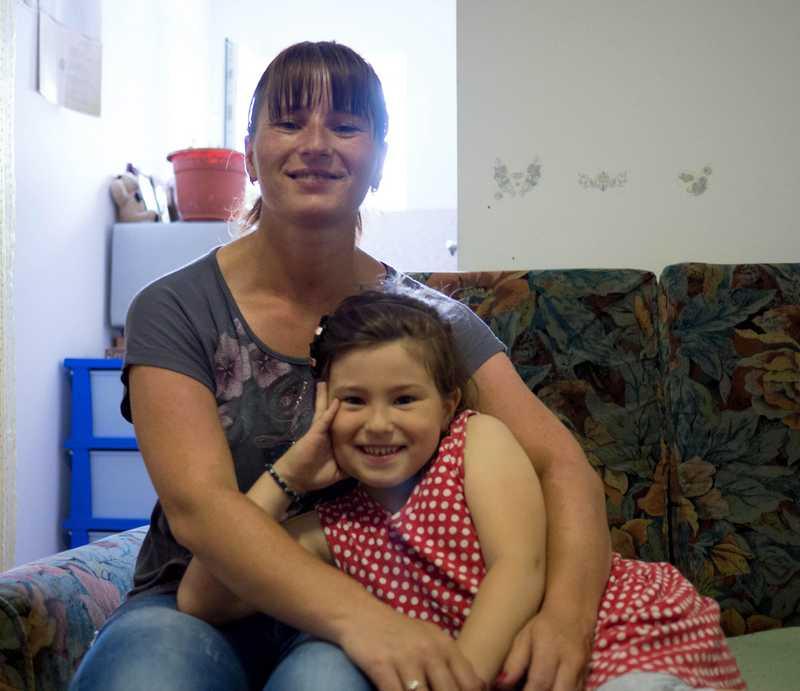 Sonia und ihre Tochter in ihrer kleinen Wohnung