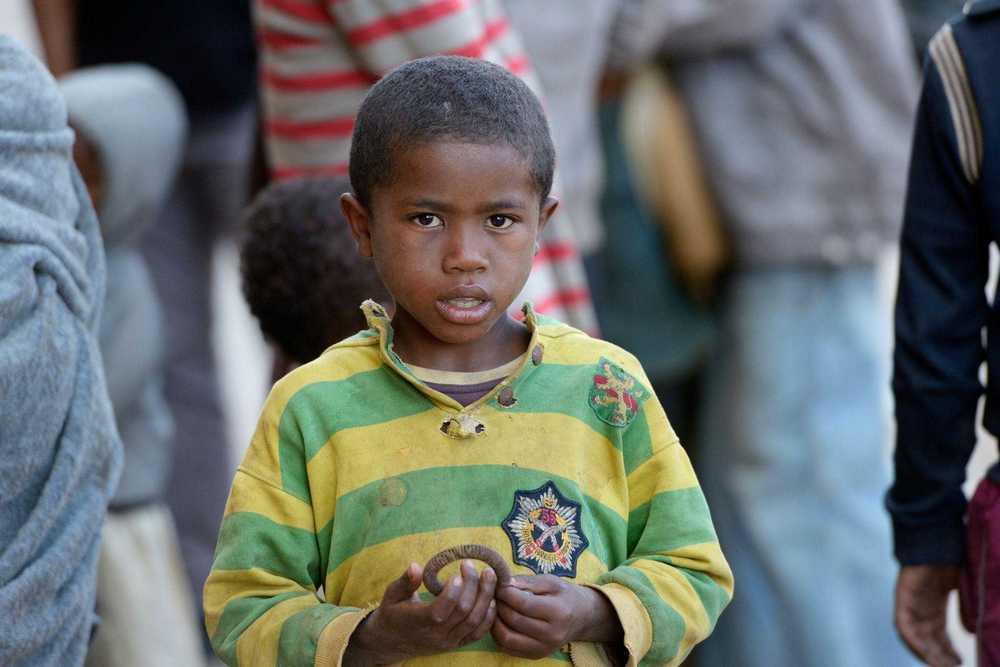Kleiner Junge auf einer Straße