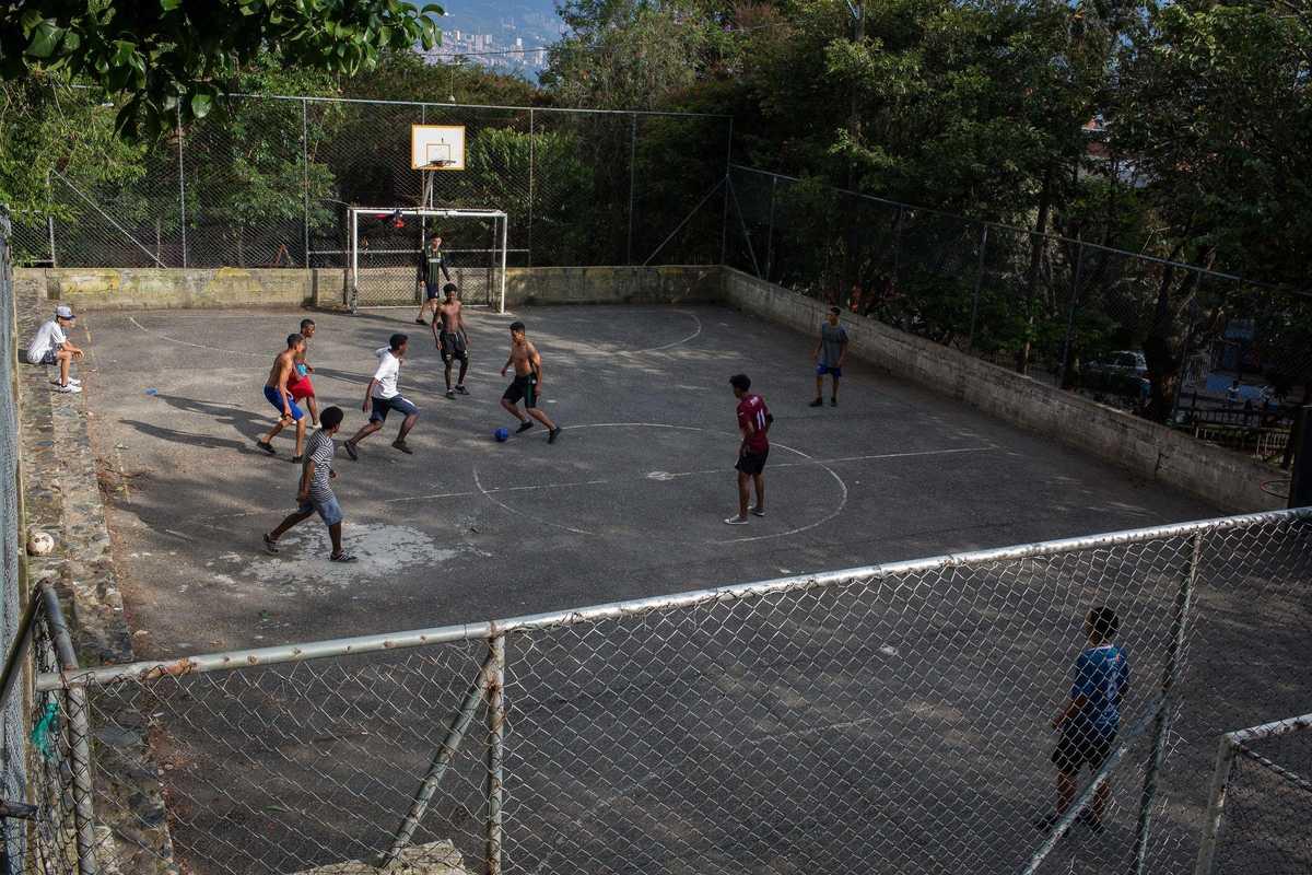 Jugendliche beim Fußball spielen in Kolumbien