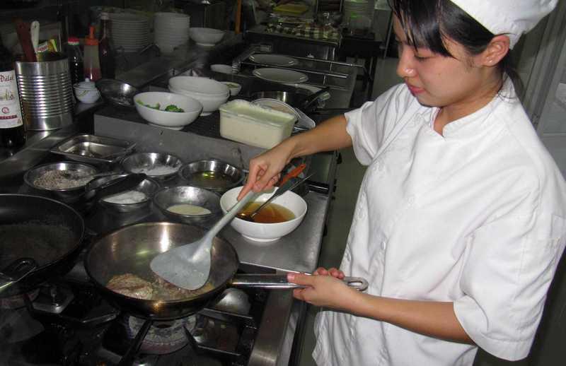 kochende Jugendliche in der Don Bosco Hotelschule
