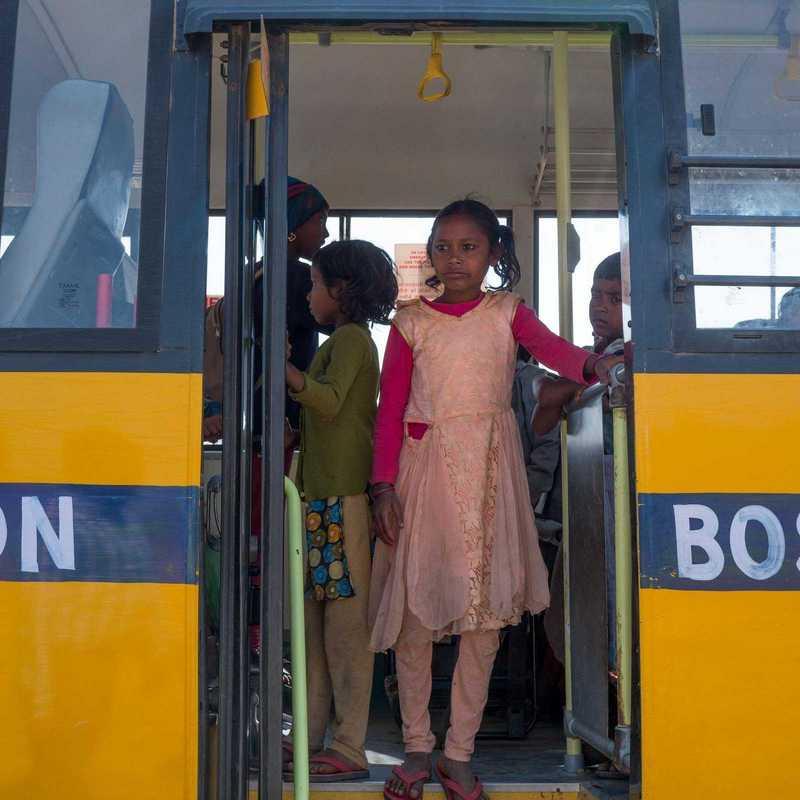 Mädchen steht im Don Bosco Bus