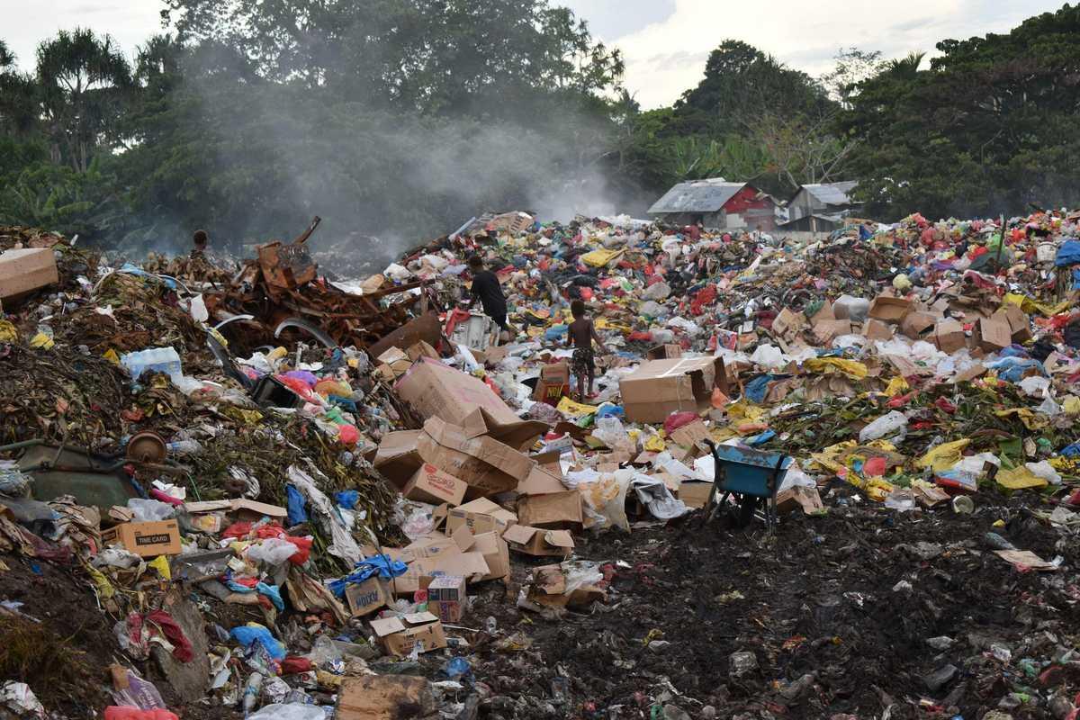 Blick auf die Berge von Müll