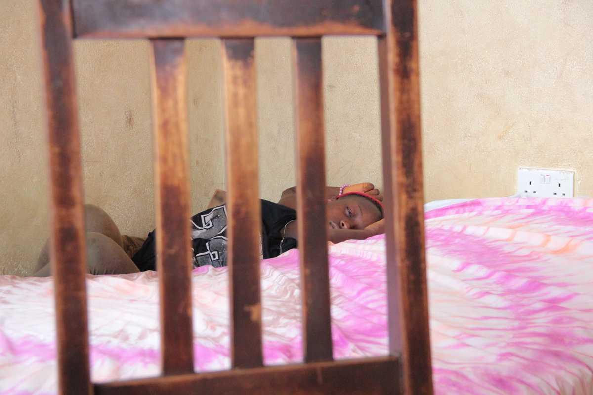 Ein junges Mädchen liegt auf dem Bett