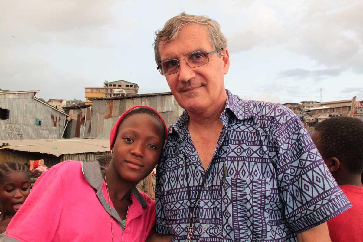 Pater Jorge Crisafulli mit dem jungen Mädchen Aminata