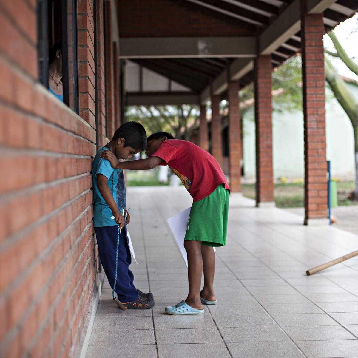 Zwei Kinder in einem Don Bosco Heim in Bolivien