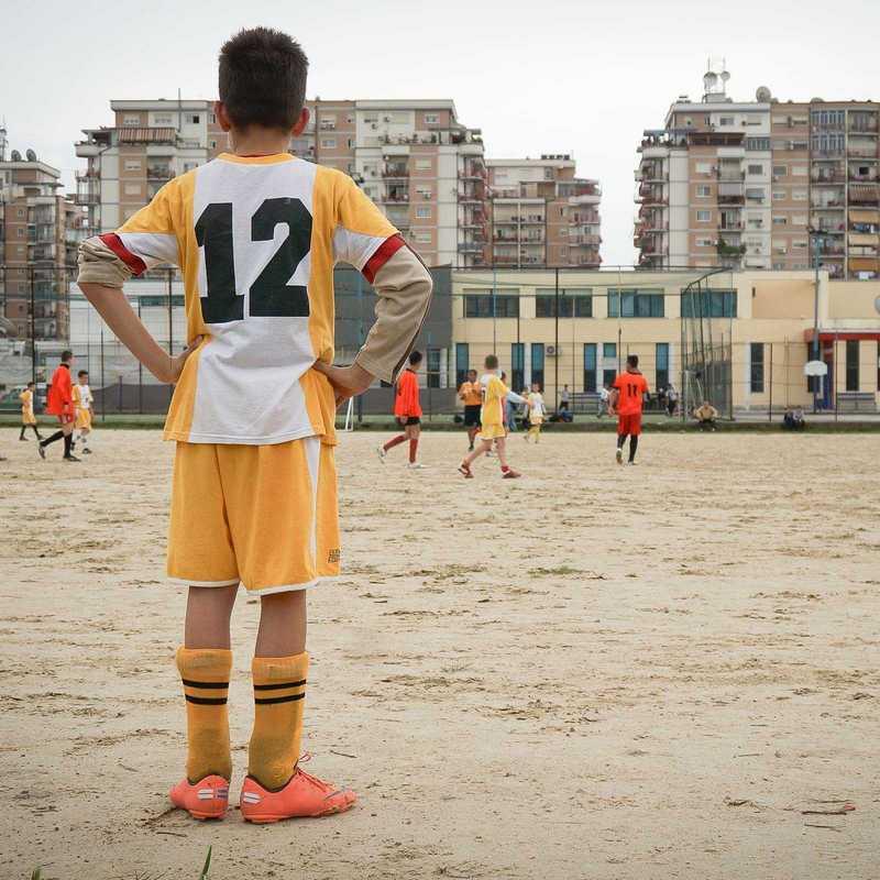 Junge beim Fusßballspielen in Albanien