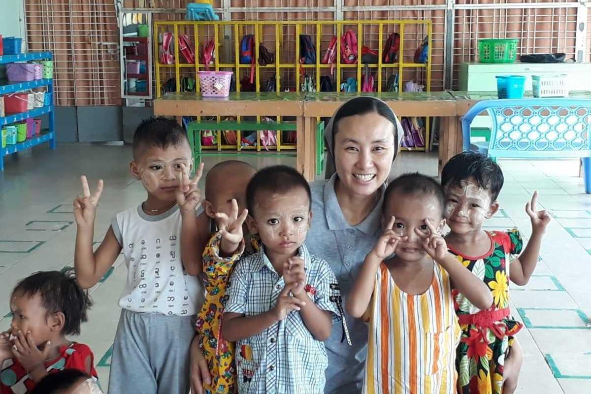Don Bosco Schwester mit Kindern