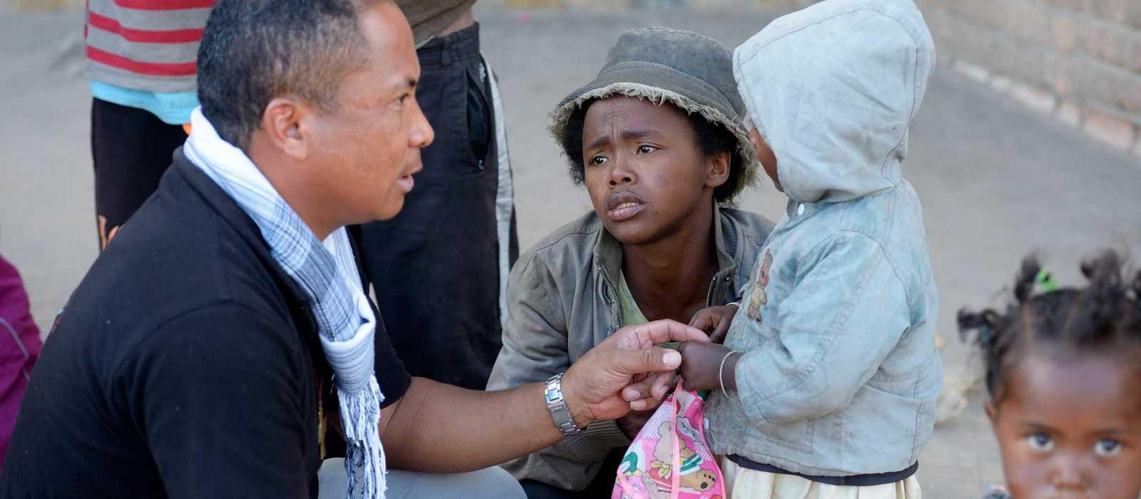Pater Jannot SDB mit Straßenkindern auf Madagaskar