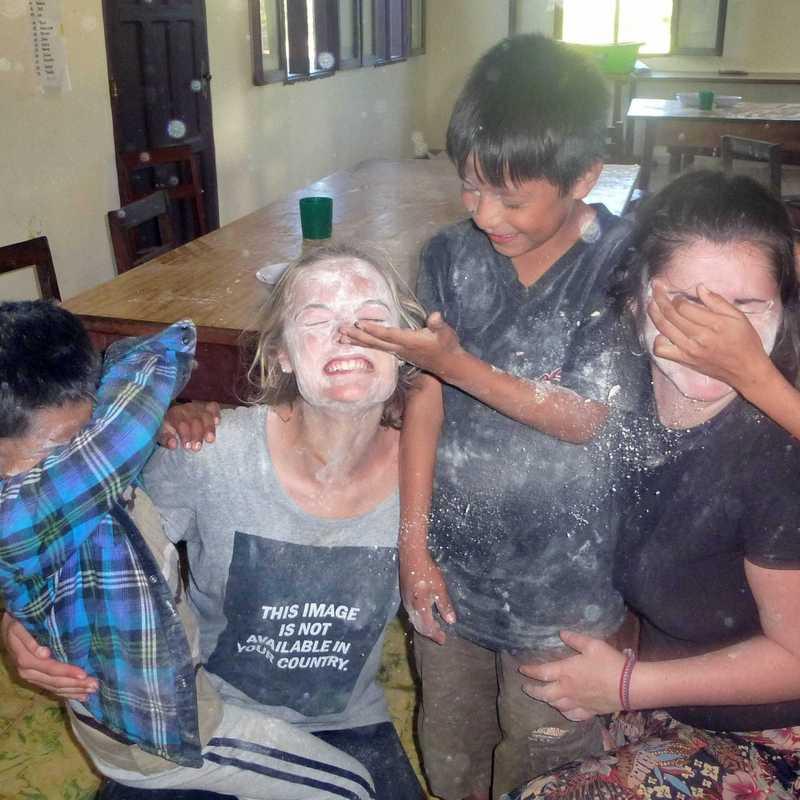 Volunteers beim Spielen mit den Kindern