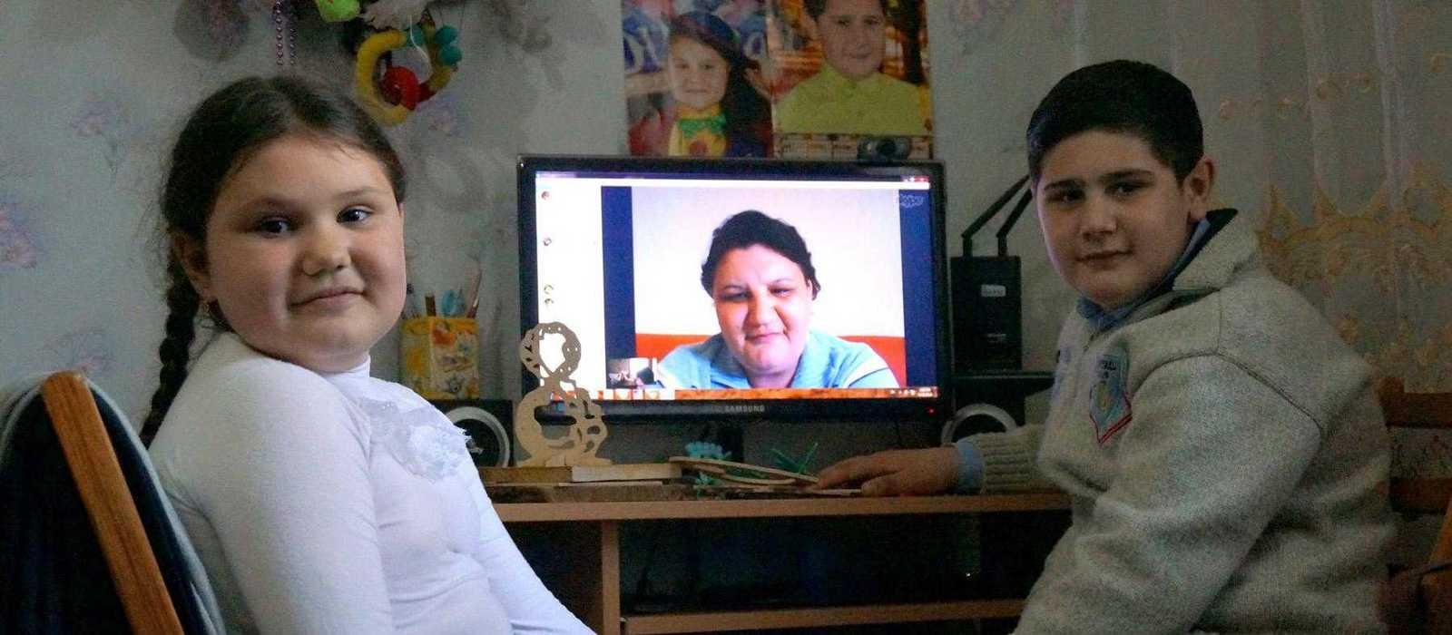 Anna und Mihail reden über Skype mit ihrer Mutter