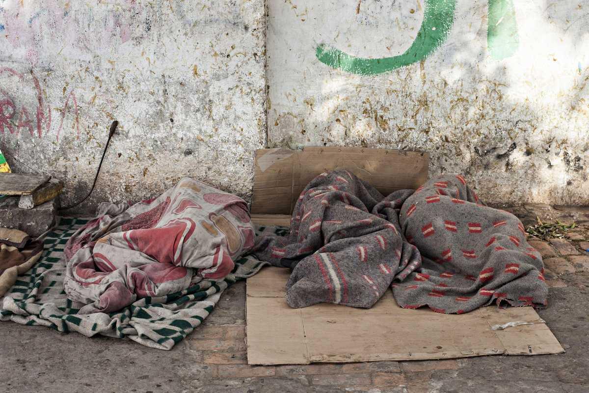 Straßenkinder, die auf Kartons schlafen