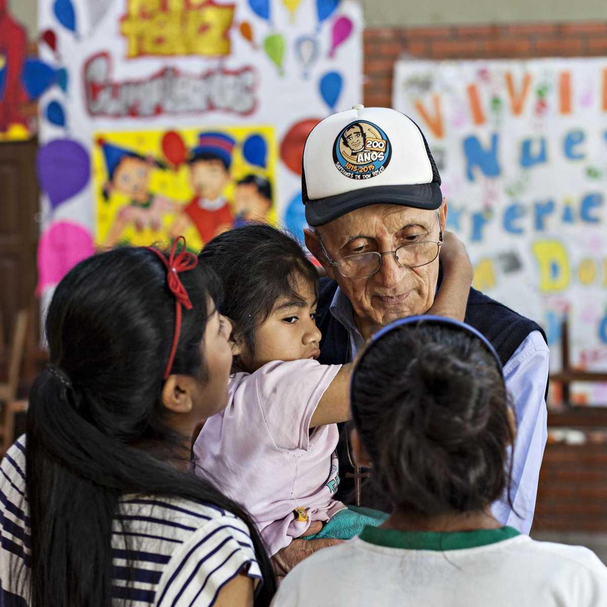 Der Leiter der Einrichtung mit drei Kindern