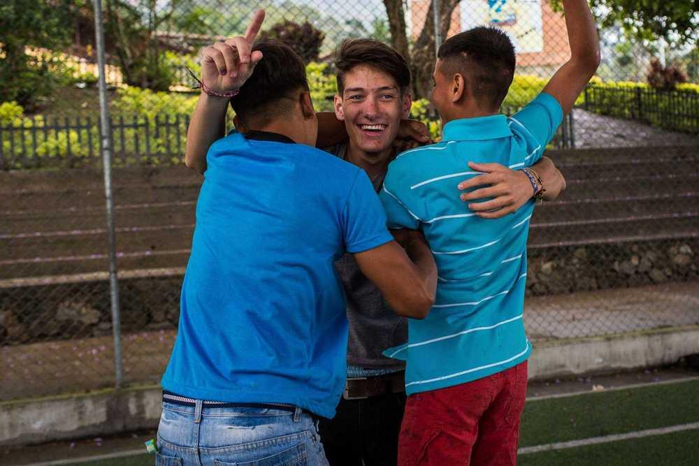 Volontär jubelt mit Kindern beim Fußball