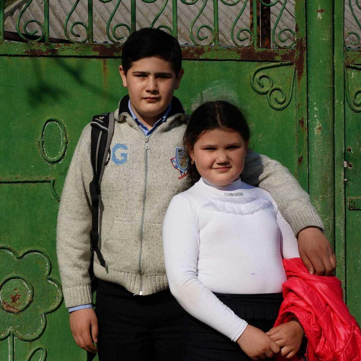 Die Geschwister Anna und Mihail vor ihrem zu Hause