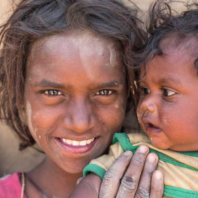 Porträt eines indischen Mädchen mit ihrem kleinen Bruder