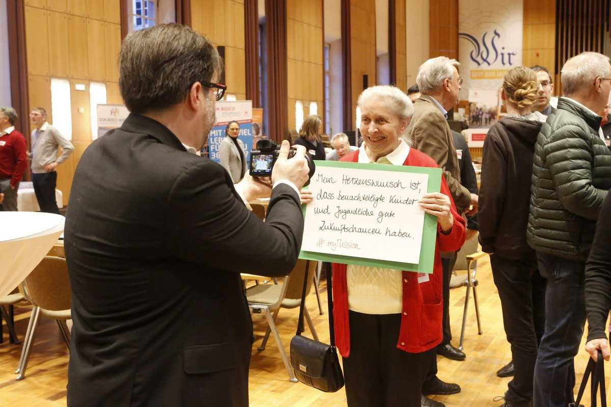 Frau mit ihrem MyMission-Kampagne Schild.