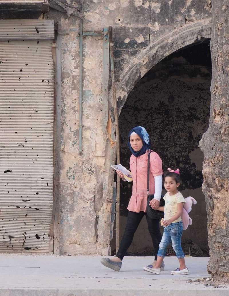 Eine Mutter bringt ihre Tochter zur Schule