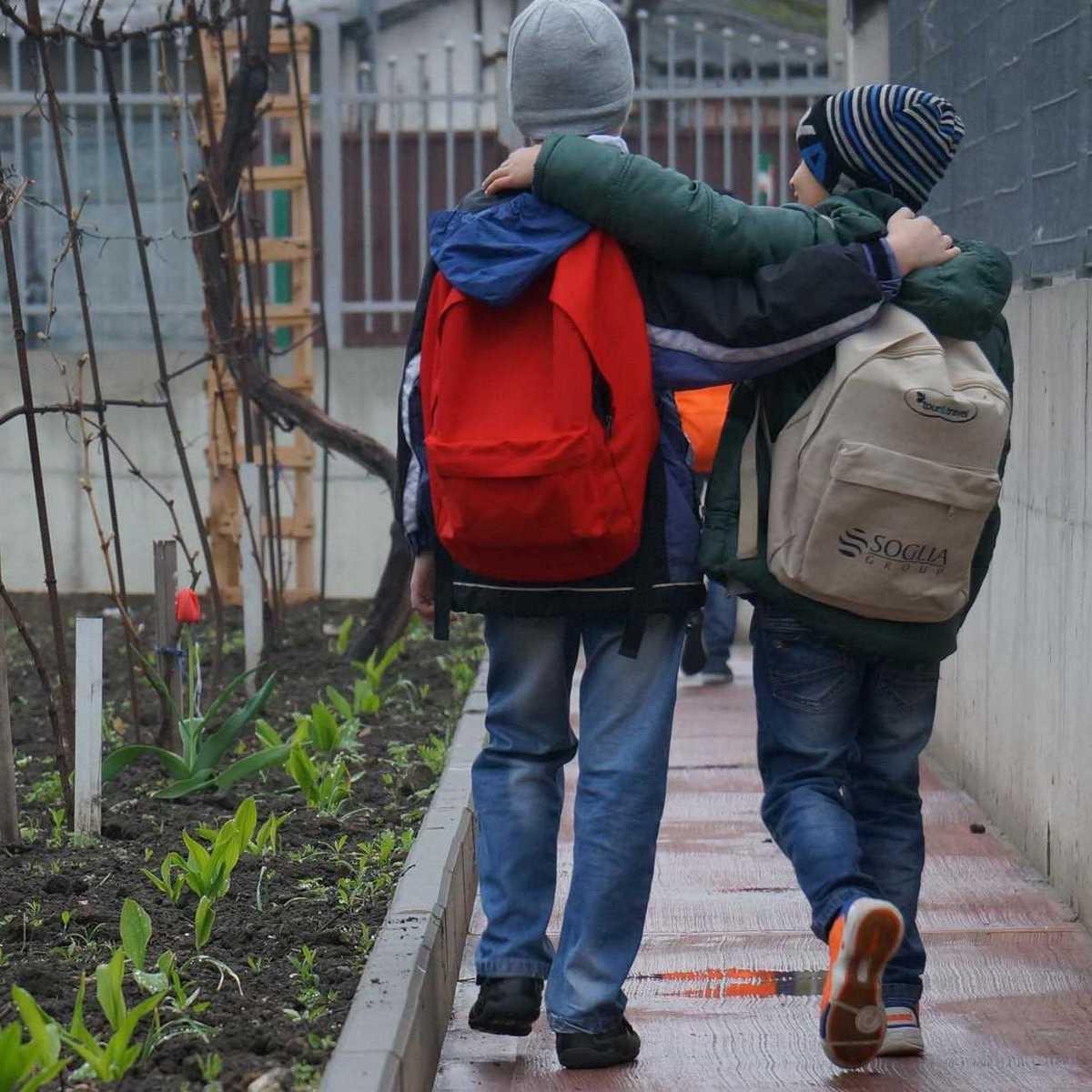 zwei Jungs des Don Bosco Familienhauses auf dem Weg zur Schule